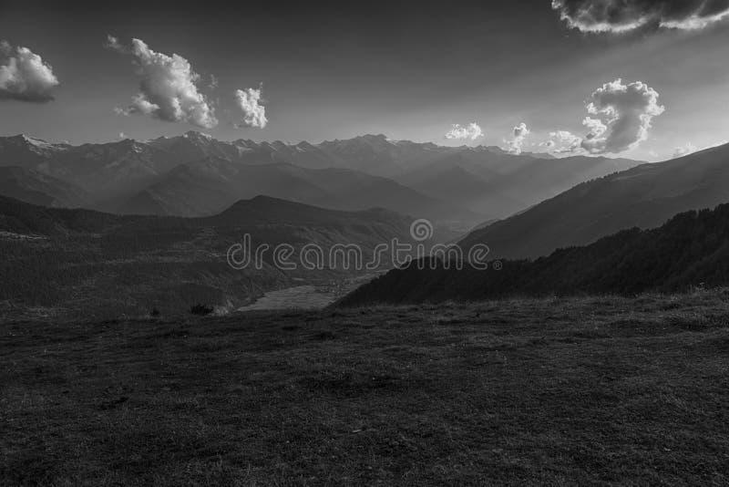 Zwart-wit berglandschap stock afbeeldingen