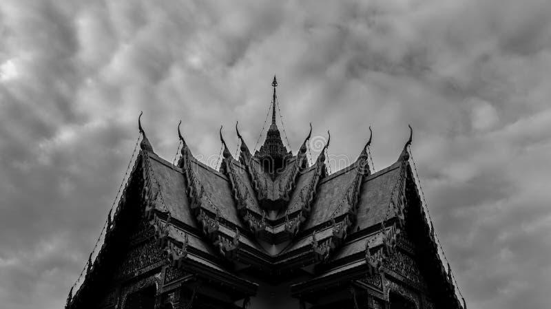 Zwart-wit Boeddhistisch Tempeldak in Thailand - Symmetrische A royalty-vrije stock foto's