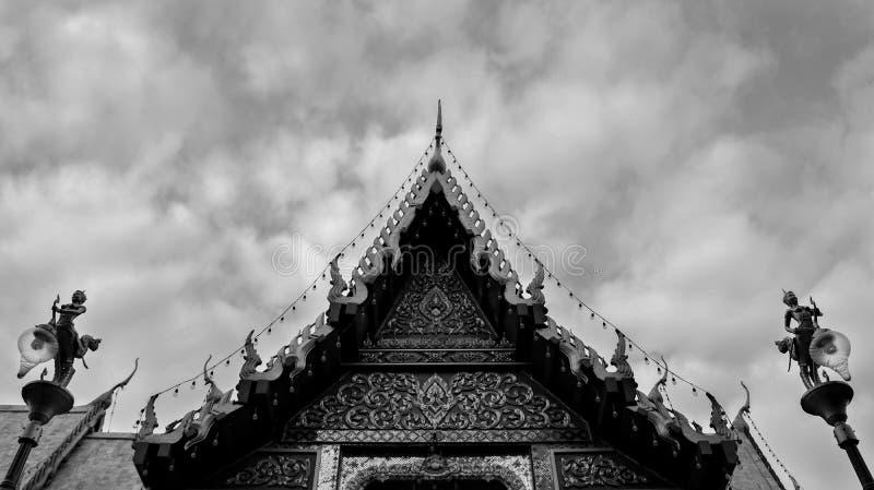 Zwart-wit Boeddhistisch Tempeldak in Thailand - Symmetrische A royalty-vrije stock afbeelding