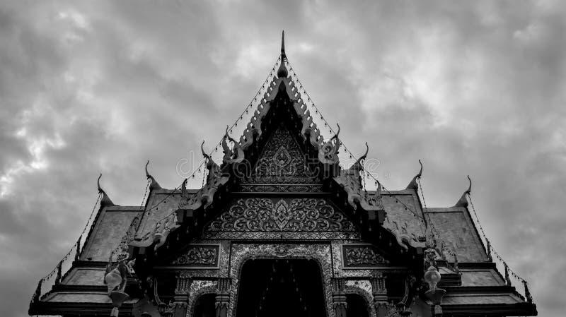 Zwart-wit Boeddhistisch Tempeldak in Thailand - Symmetrische A stock afbeelding