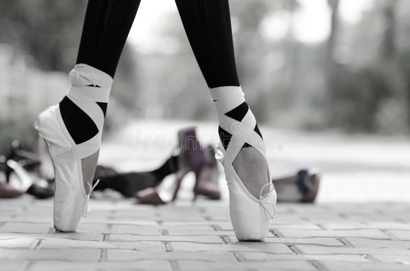 Zwart-wit close-up van ballerina'svoeten in Pointe stock afbeelding