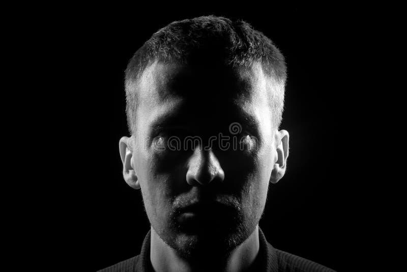 Zwart-wit close-upgezicht van de ongeschoren man met varkenshaarkleding royalty-vrije stock afbeelding
