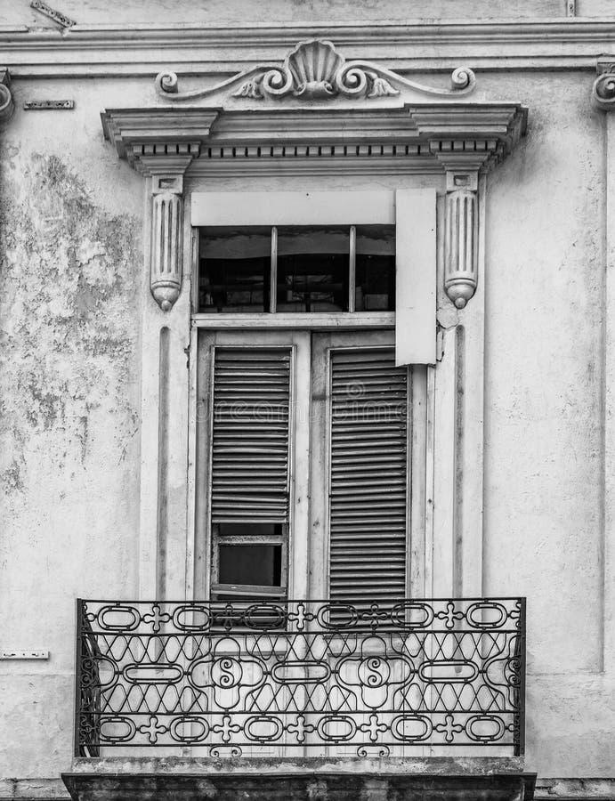 Zwart-wit Cubaans venster en balkon stock afbeeldingen
