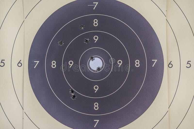 Zwart-wit doel met sporen van kogels stock afbeelding