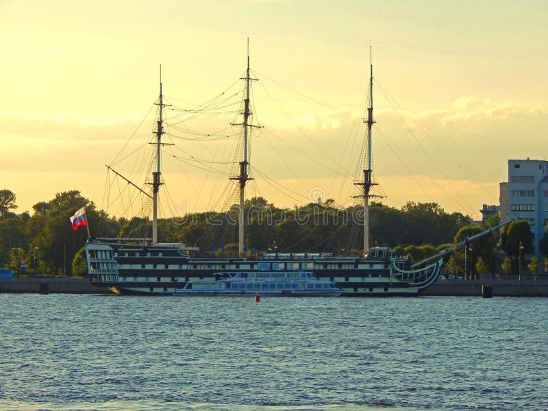 Zwart-wit drie-masted schip op de Neva-rivier in Heilige Petersburg, Rusland wordt vastgelegd dat stock foto's