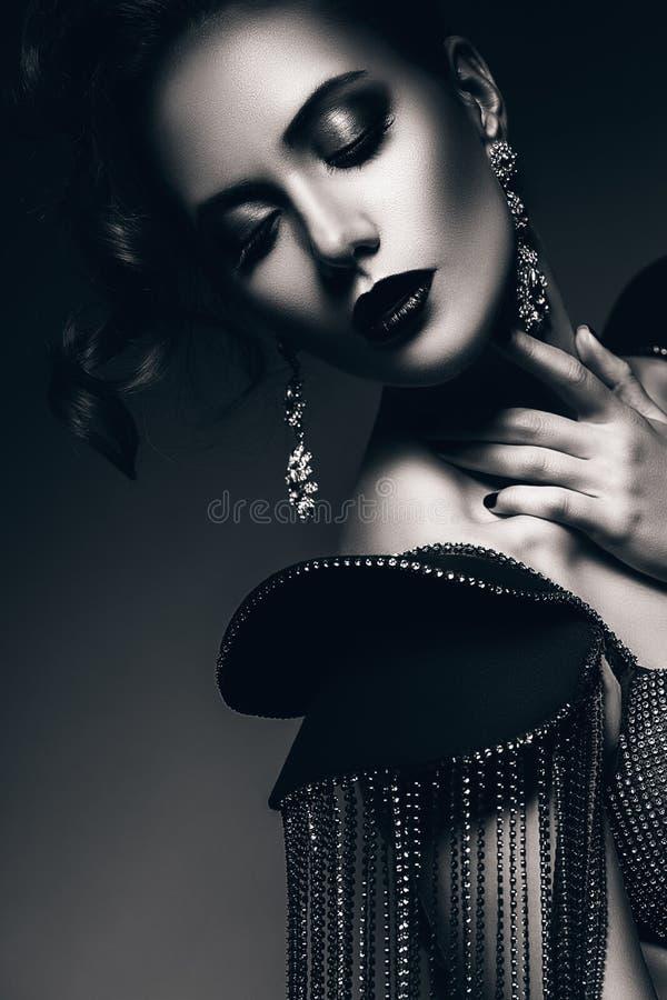 Zwart-wit elegante vrouw met mooie oorringen royalty-vrije stock foto's