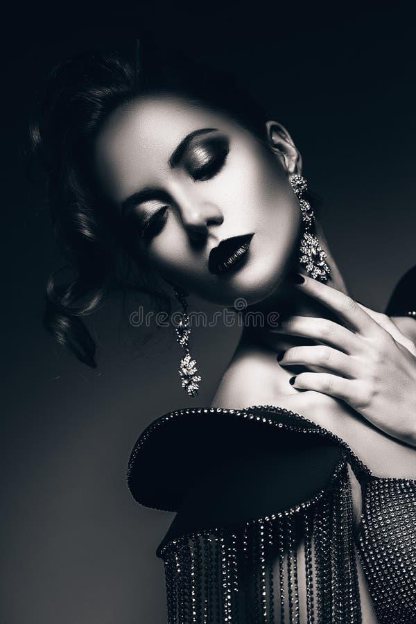 Zwart-wit elegante vrouw met oorringen royalty-vrije stock foto