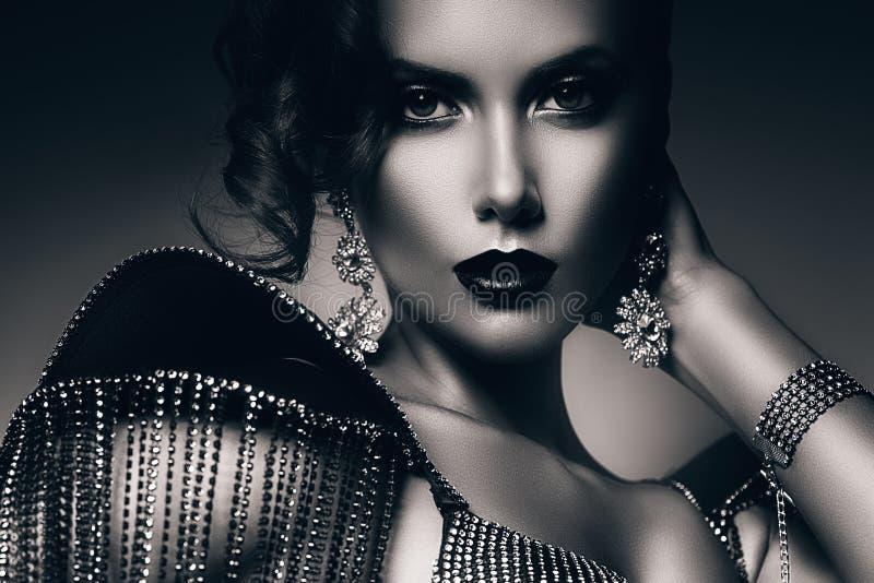 Zwart-wit elegante vrouw in toebehoren van stenen stock foto