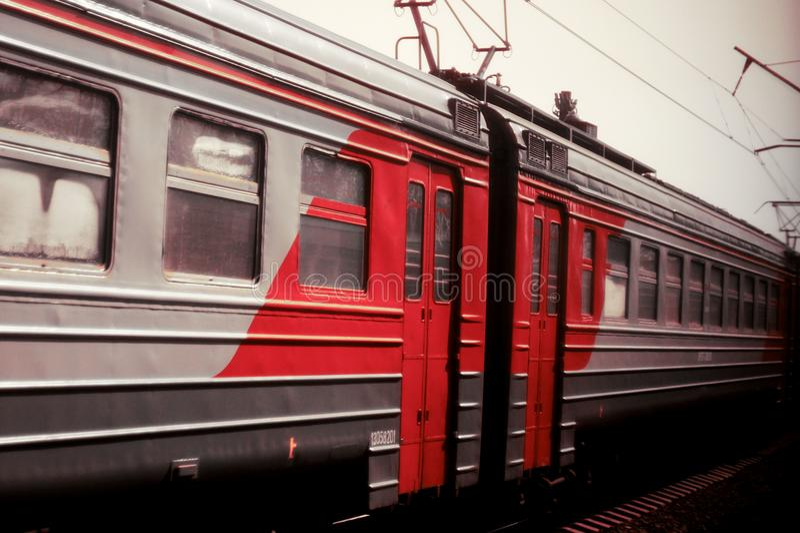 Zwart, wit en rood treineinde royalty-vrije stock fotografie