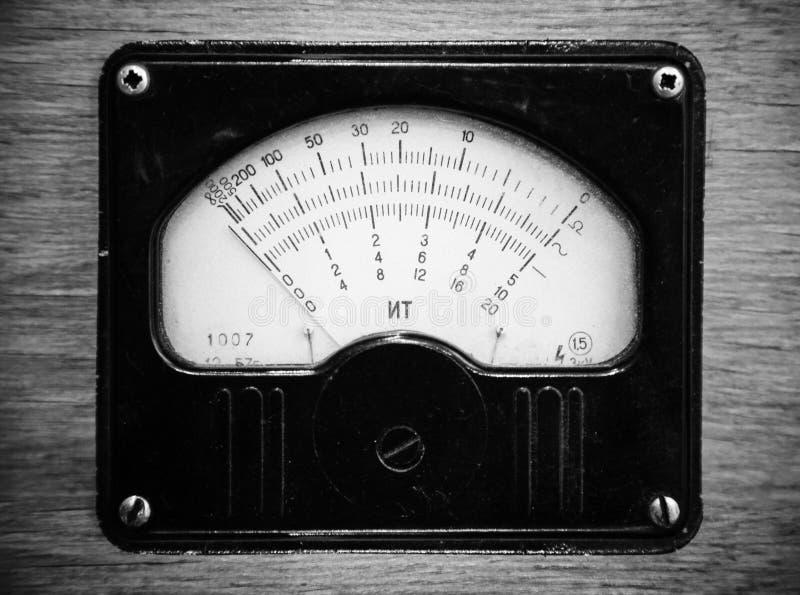 Zwart-wit foto van uitstekende voltmeter stock afbeeldingen