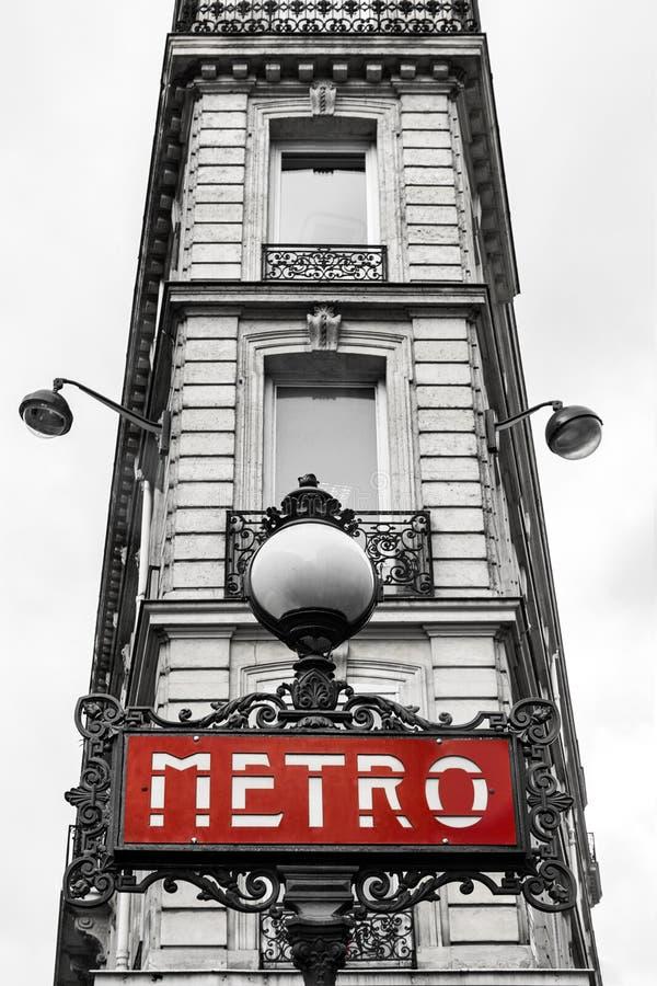Zwart-wit gebouw in Parijs met rood metrobord royalty-vrije stock foto