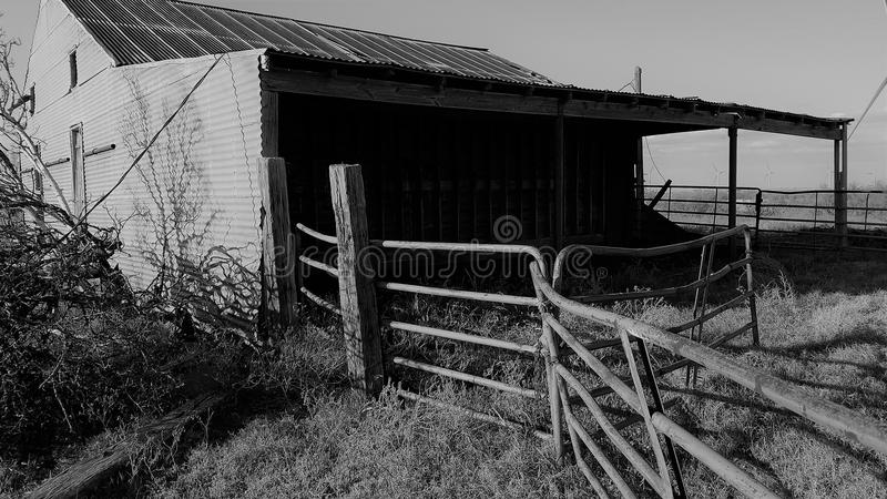 Zwart-wit Hay Barn in Noord-Texas royalty-vrije stock fotografie