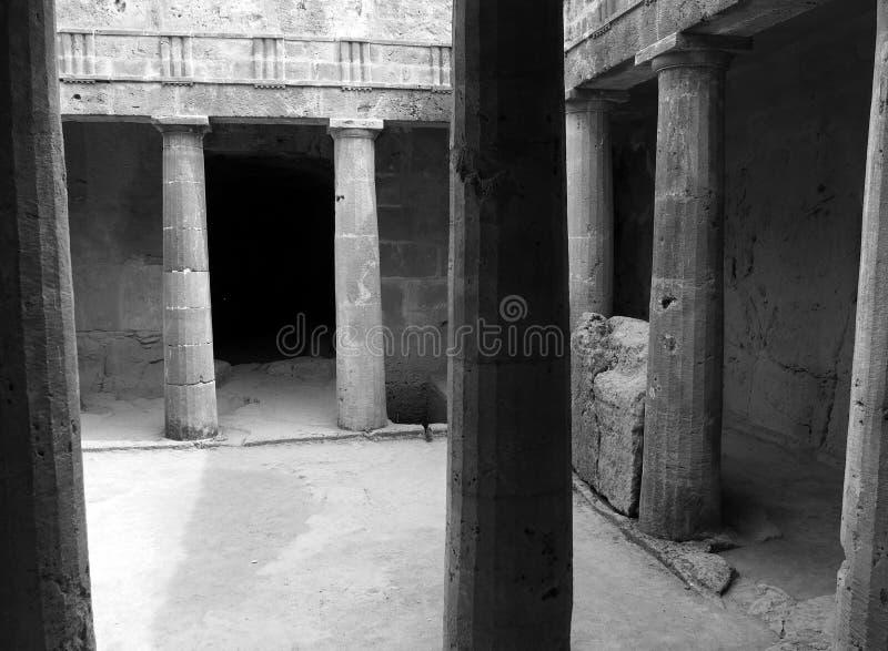zwart-wit hoekmening van een ondergrondse kamer bij de graven van de koningen in paphos Cyprus met oude geërodeerde zandsteenkolo royalty-vrije stock fotografie