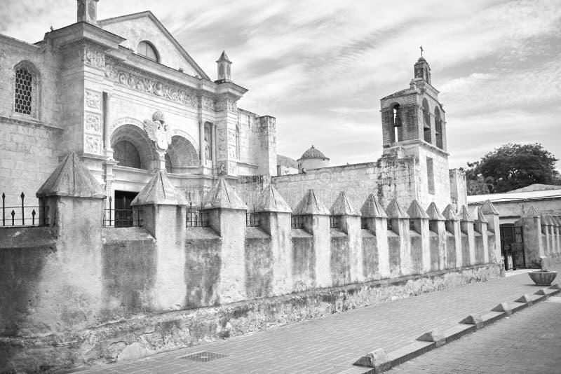 Zwart-wit kader van de Kathedraal van Santa Maria la Menor in de Koloniale Streek van Santo Domingo in zonnige de herfstdag stock foto's