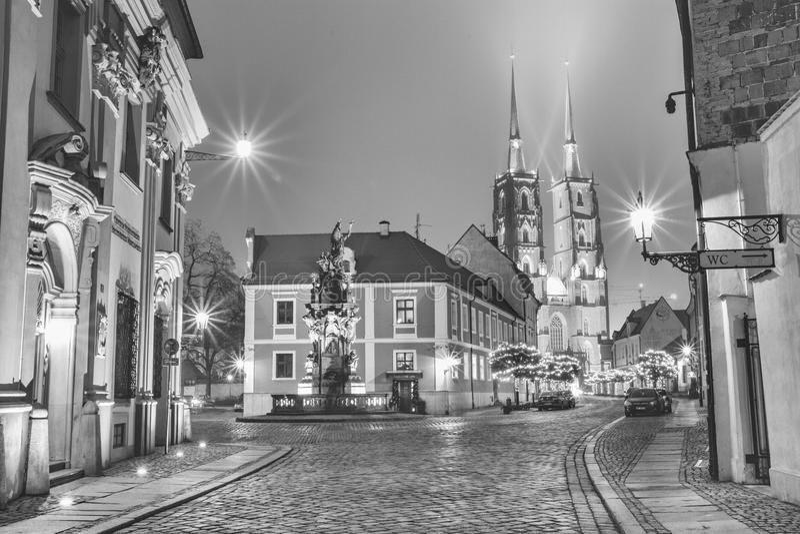 Zwart-wit Kerstmiscityscape, - avondmening van het Monument Heilige John van Nepomuk en de Kathedraal van St John Baptis stock afbeelding