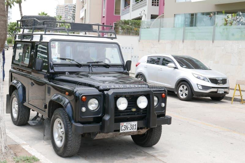 Zwart-wit Land Rover in Barranco-district van Lima royalty-vrije stock afbeeldingen