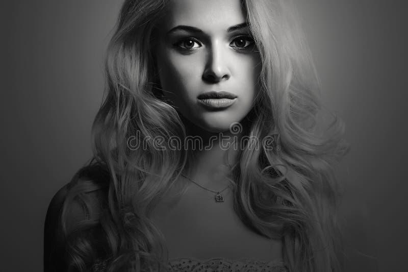 Zwart-wit Manierportret van jonge mooie vrouw Sexy blonde Blond meisje stock afbeelding