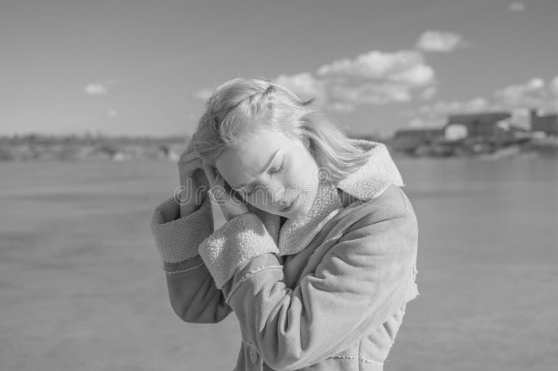 Zwart-wit, meer gevlecht mooi meisje op een Zonnige dag stock afbeelding