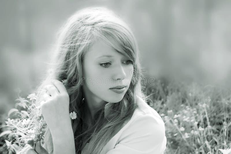 Zwart-wit met een stemmend portret van een jong meisje, rechtstreeks stock foto