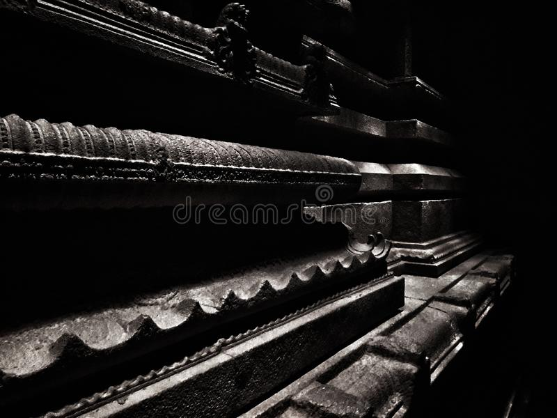 Zwart-wit moody hindu tempelversiering Hampi, India stock foto's