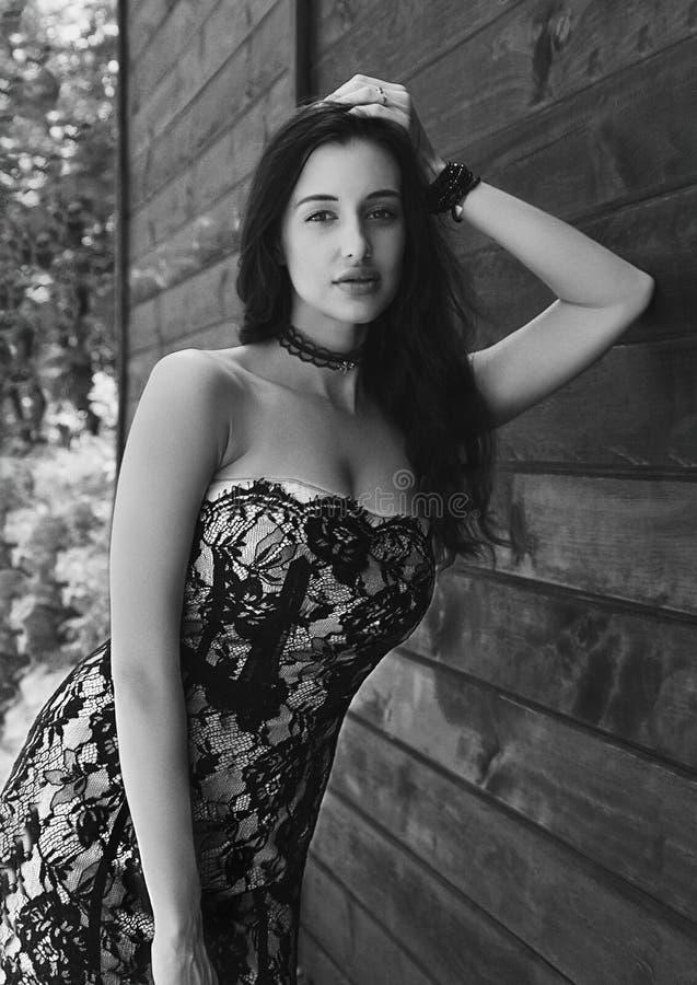 Zwart-wit openluchtportret van een mooi donkerbruin meisje royalty-vrije stock afbeeldingen