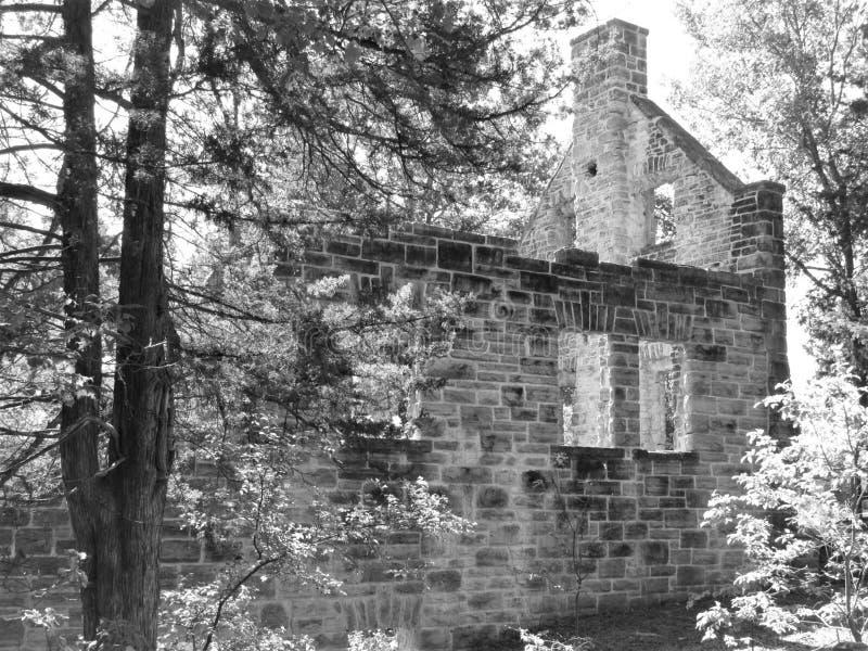 Zwart-wit oud kasteel stock afbeelding