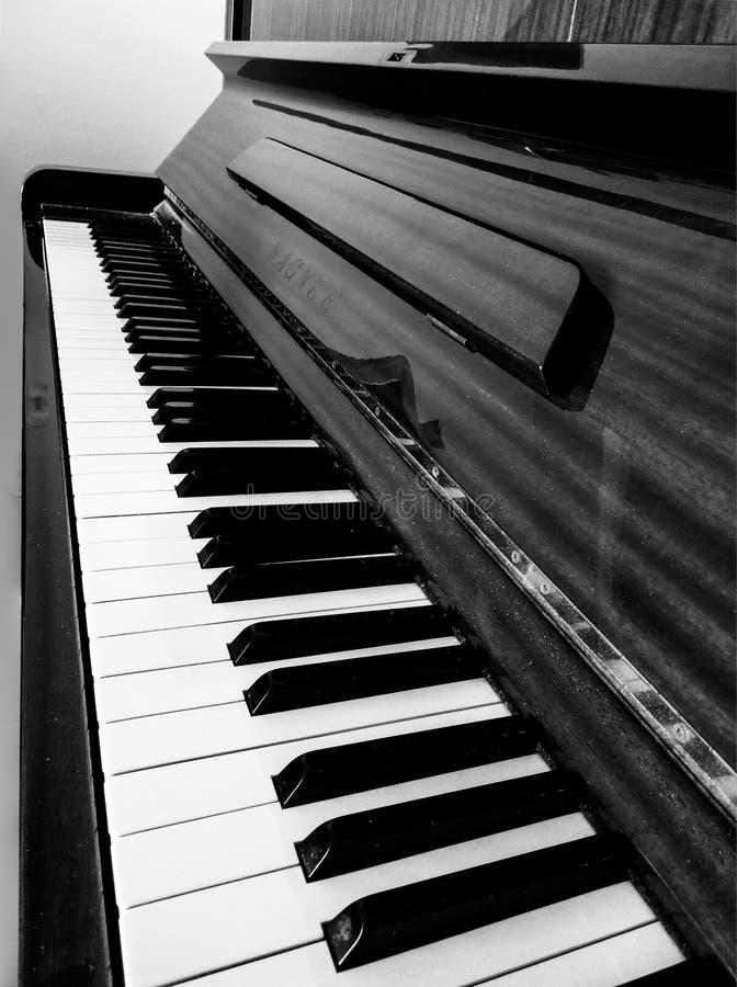 Zwart-wit perspectief van een piano in mooie samenstelling stock afbeeldingen