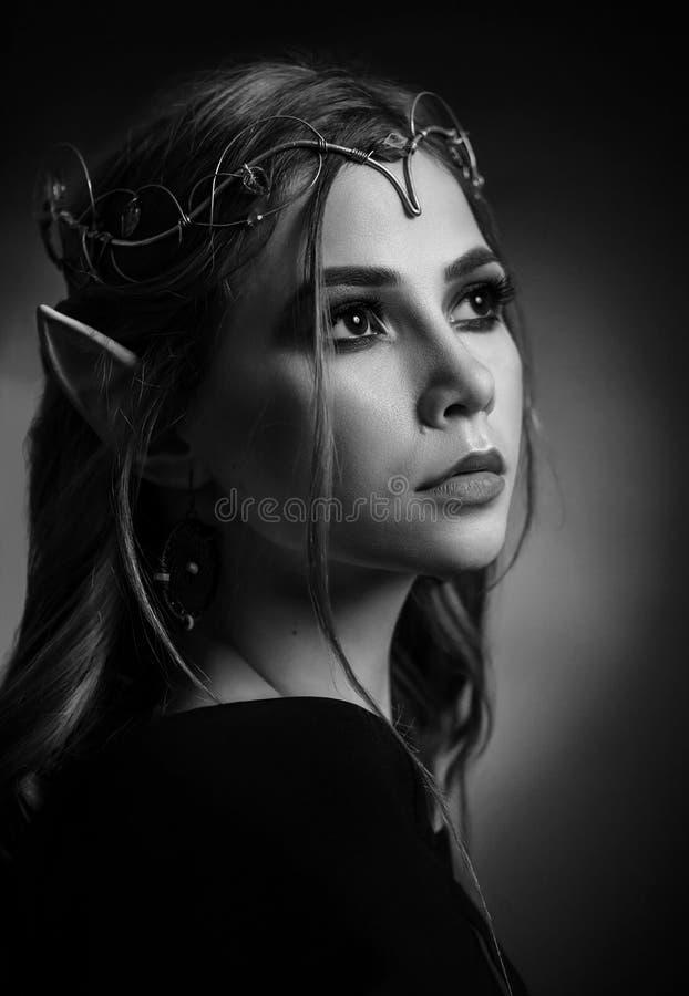 Zwart-wit portret van aantrekkelijk jong elf in tiara royalty-vrije stock foto