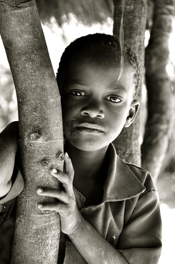 Zwart-wit portret van Afrikaanse jongen i stock fotografie