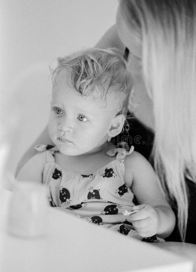 Zwart-wit portret van babymeisje met mum thuis royalty-vrije stock afbeelding