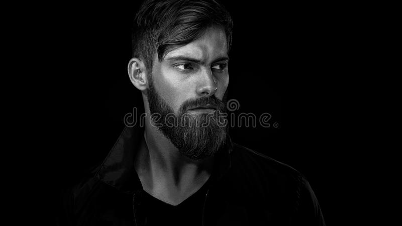 Zwart-wit portret van de gebaarde knappe mens in peinzende mo stock foto's