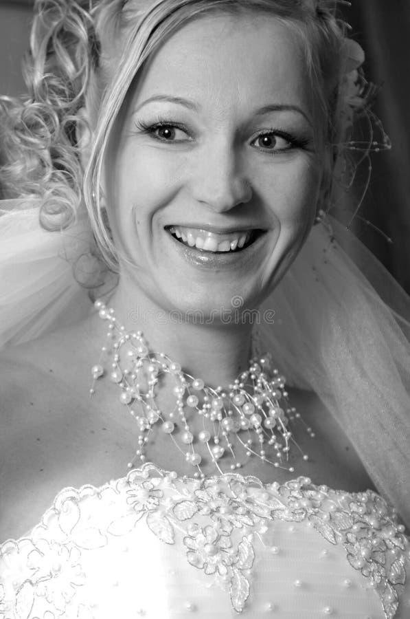 Zwart-wit portret van de gelukkige bruid stock afbeeldingen