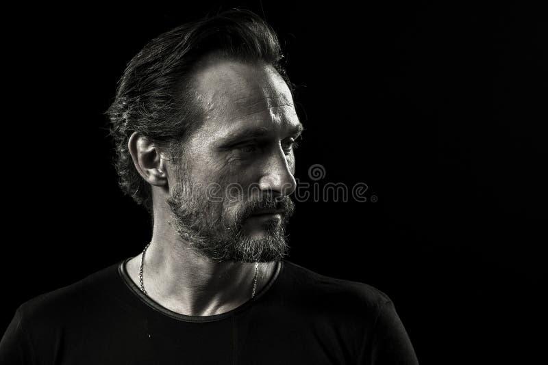 Zwart-wit portret van de gerimpelde mens met zelf-tevreden gezicht stock foto's