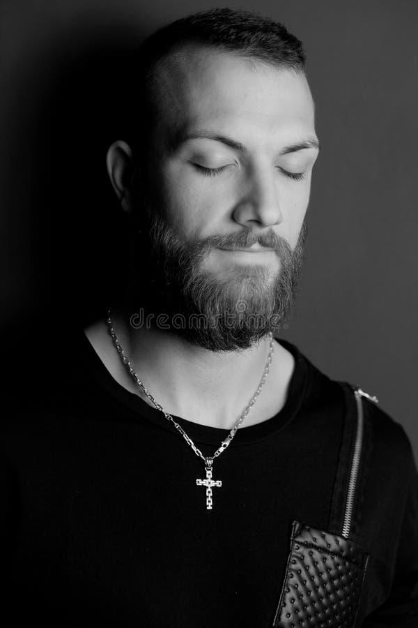 Zwart-wit portret van de koele en mens die bidden mediteren stock foto