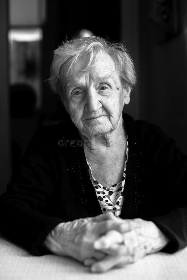 Zwart-wit portret van een bejaarde royalty-vrije stock foto