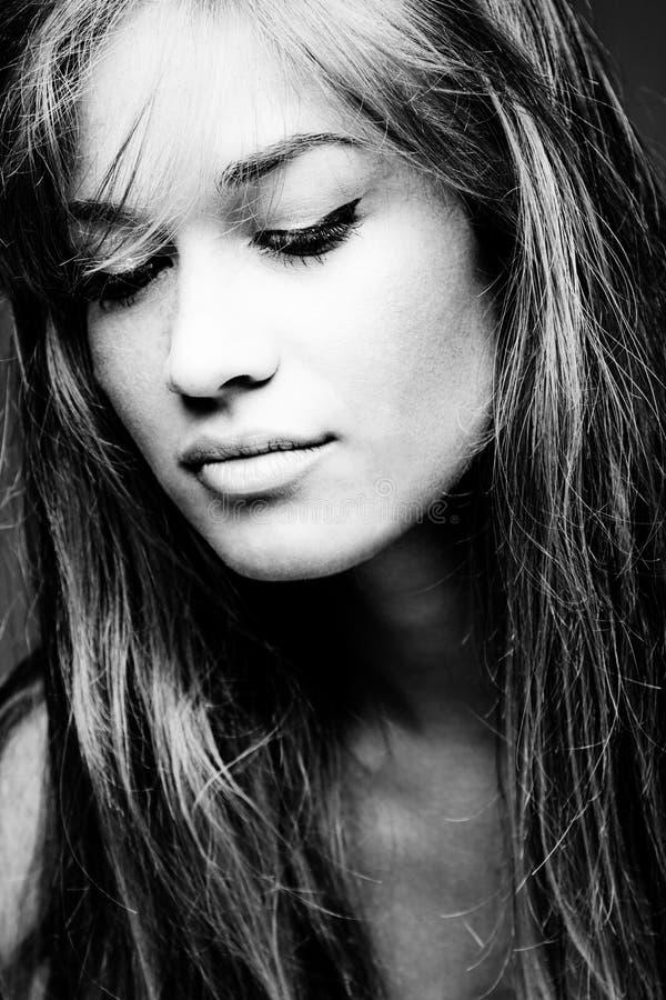 Zwart-wit portret van een blonde vrouw stock foto