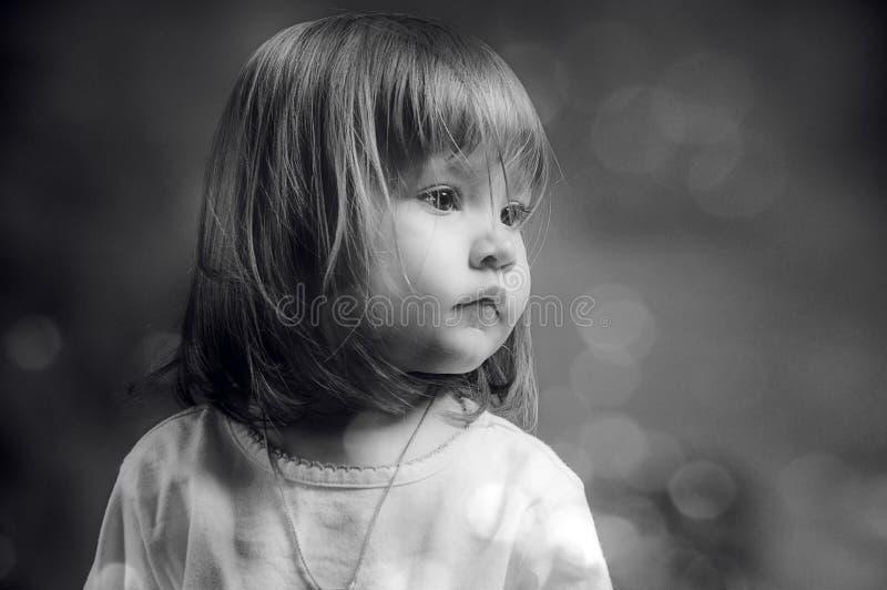 Zwart-wit portret van een ernstig meisje stock fotografie
