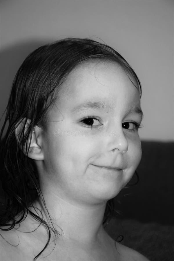 Zwart-wit portret van een glimlachend meisje met grote ogen royalty-vrije stock fotografie