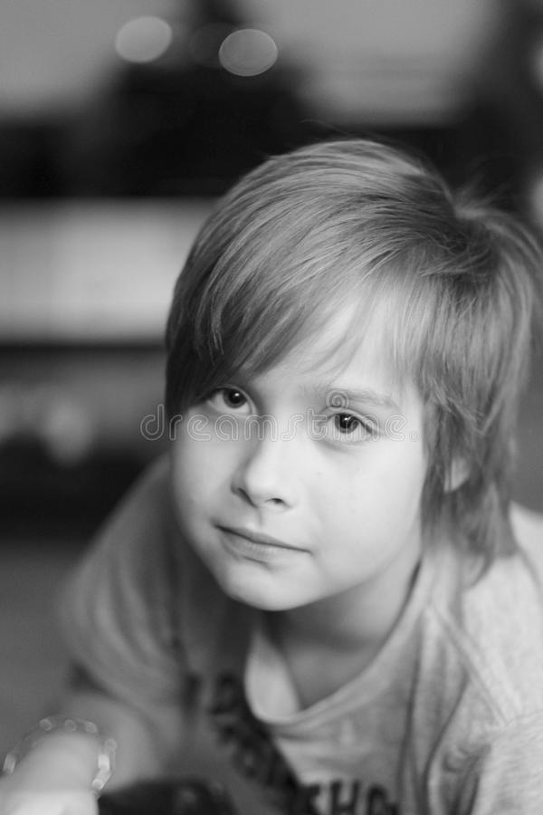 Zwart-wit portret van een jongen van schoolleeftijd royalty-vrije stock foto's