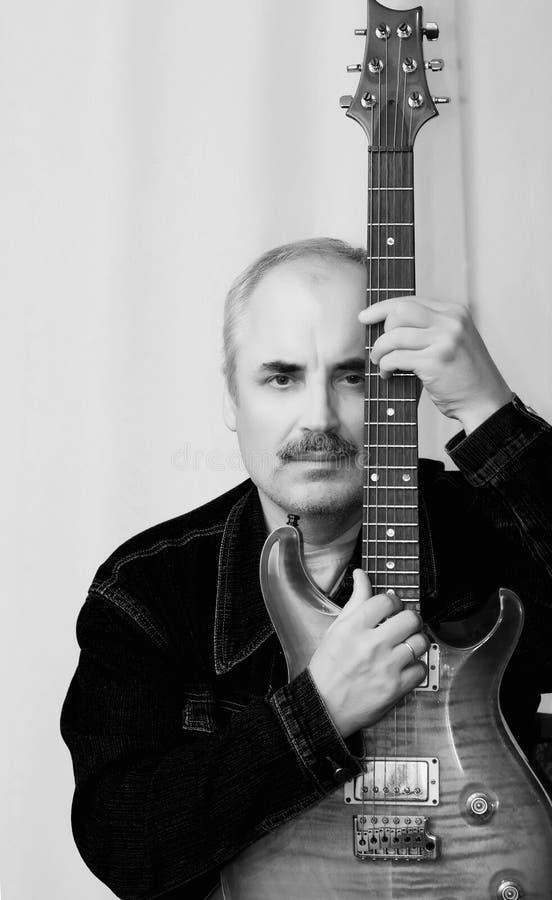 Zwart-wit portret van een Kaukasische gitarist royalty-vrije stock foto's