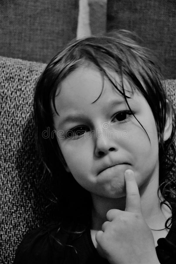Zwart-wit portret van een kind dat over iets benieuwd is royalty-vrije stock afbeelding