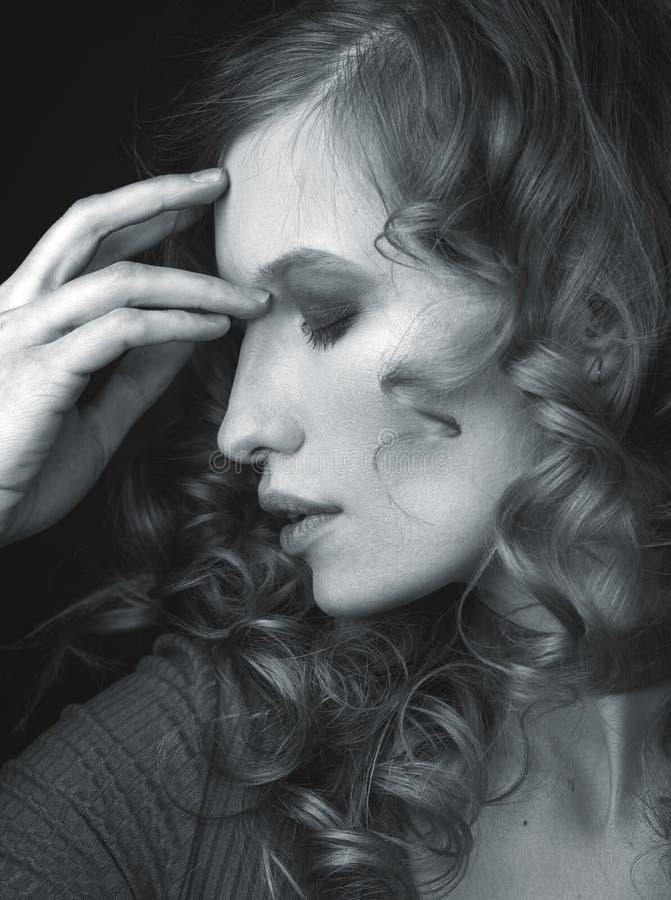 Zwart-wit portret van een meisje in profiel royalty-vrije stock foto's