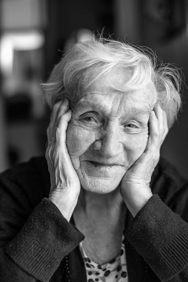 Zwart-wit portret van een oude vrouw stock afbeelding