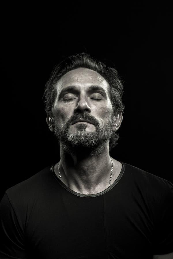 Zwart-wit portret van een rijpe mens met gesloten ogen stock foto