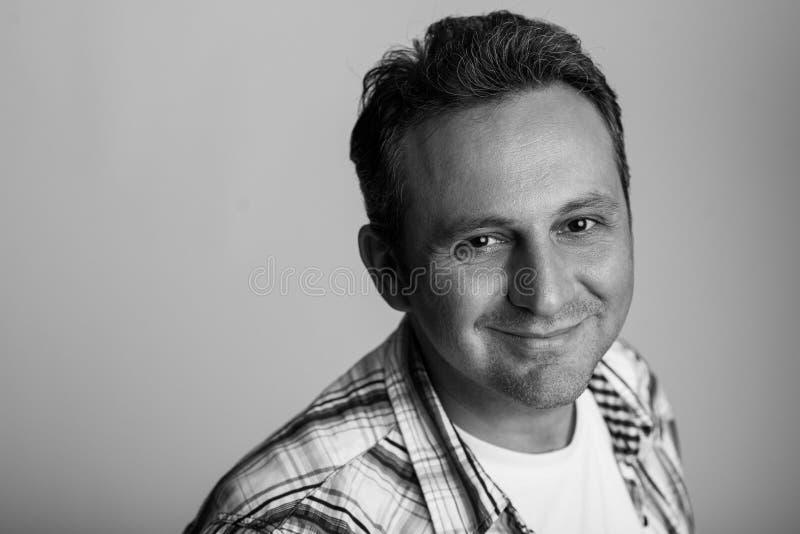 Zwart-wit portret van een vriendschappelijk mannelijk model royalty-vrije stock foto