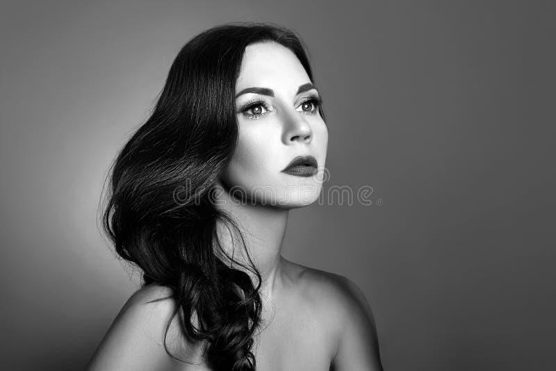 Zwart-wit portret van een vrouw met perfect schoon huidclose-up Mooi brunette op donkere achtergrond royalty-vrije stock foto's