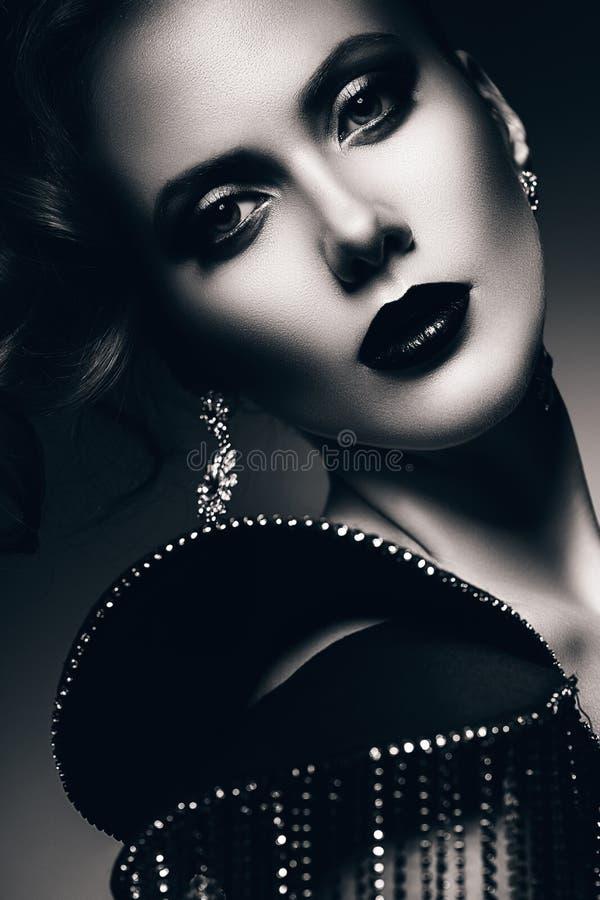Zwart-wit portret van elegante vrouw royalty-vrije stock afbeeldingen