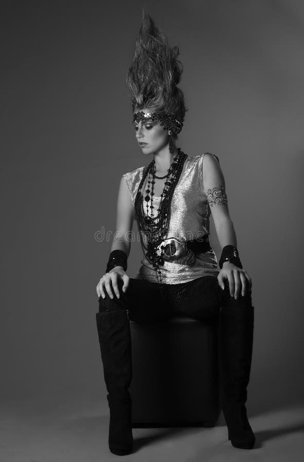 Zwart-wit portret van futuristische vrouwelijke strijder met vlamhaar royalty-vrije stock foto
