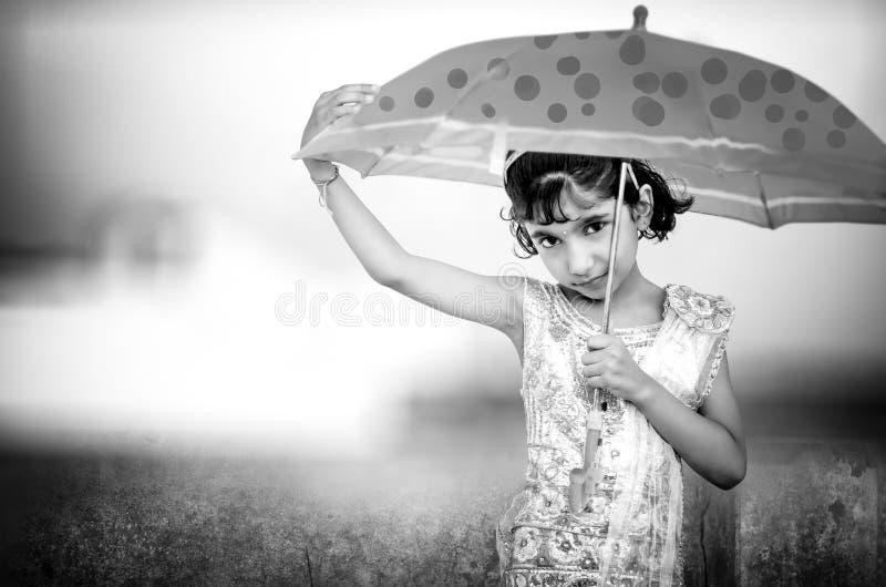 zwart-wit portret van gelukkig meisje met paraplu royalty-vrije stock foto