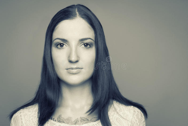 Zwart-wit portret van Kaukasisch brunette stock fotografie